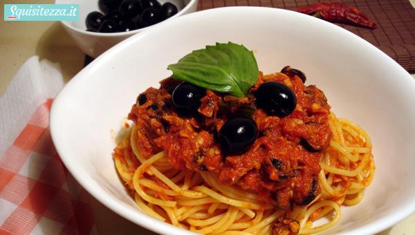 Spaghetti al tonno con pomodori e olive